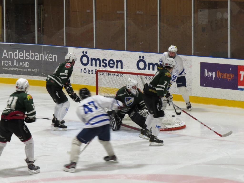 Hockeyentusiaster kan se Finlands VM-matcher via Smedsböle. Bild från IFK- match. d5975de7696e7